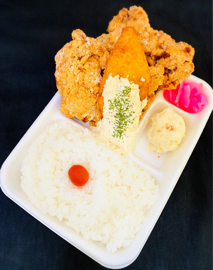 Dodeka Kara-age to Salmon Fry Tartar Bento (Lunchbox Meal of Huge Fried Chicken and Crumb Fried Salmon with tartar sauce): 550 JPY