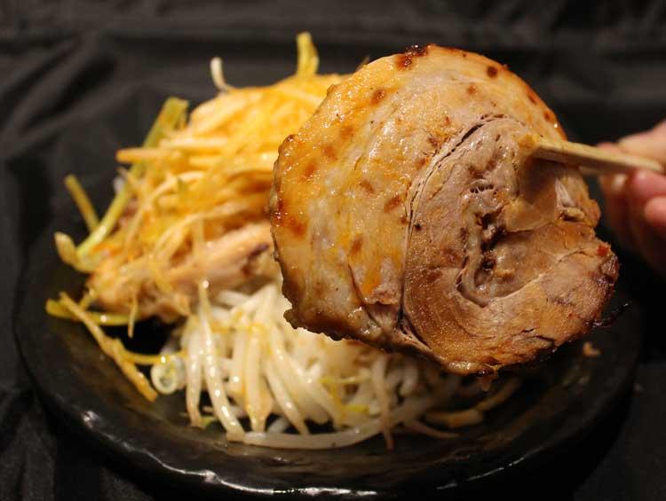信州味噌仕立て炙りチャーシューネギ盛り(3枚入)